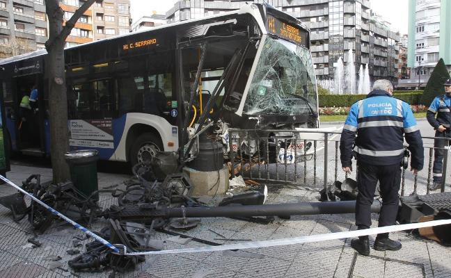 Un autobús derriba una farola al fallarle los frenos en la plaza de América de Oviedo