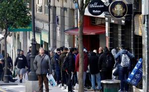 Las oviedistas hacen cola para comprar sus entradas para el derbi Sporting - Real Oviedo