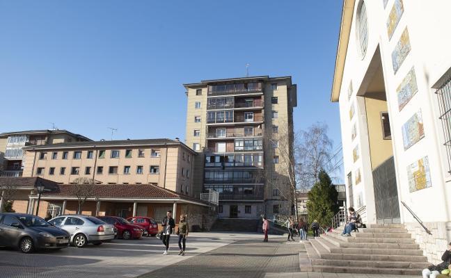 La mujer desfigurada por su hijo en Oviedo, en un lugar secreto