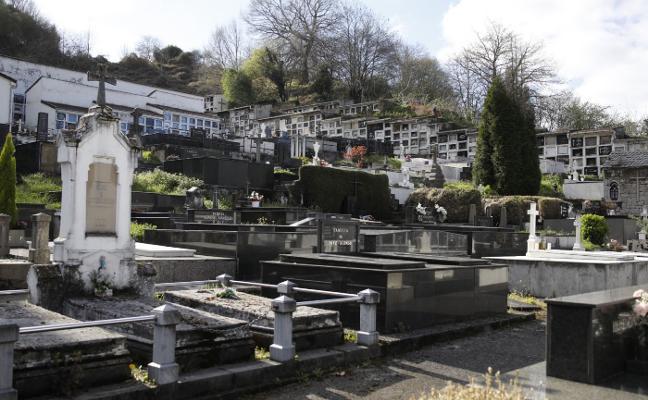 Las operarias de cementerios de Langreo los cierran acompañadas por la Policía