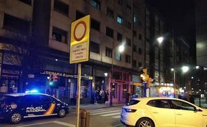 Una mujer cae desde la ventana de su domicilio en la avenida de Schulz de Gijón