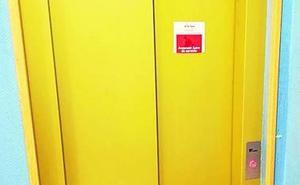 Una mujer y su bebé salvan su vida tras caer en el ascensor desde un tercer piso en Colloto