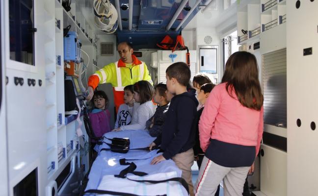 Los escolares de Sotrondio se adentran en una ambulancia