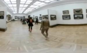 Un artista se pasea desnudo por un museo de Rusia