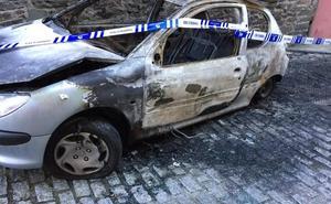 Un incendio calcina un coche en Luarca