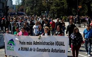 Protesta de los ganaderos asturianos en Oviedo contra la gestión del Principado