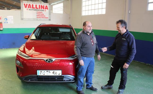 Vallina Automoción entrega el primer coche eléctrico de Villaviciosa