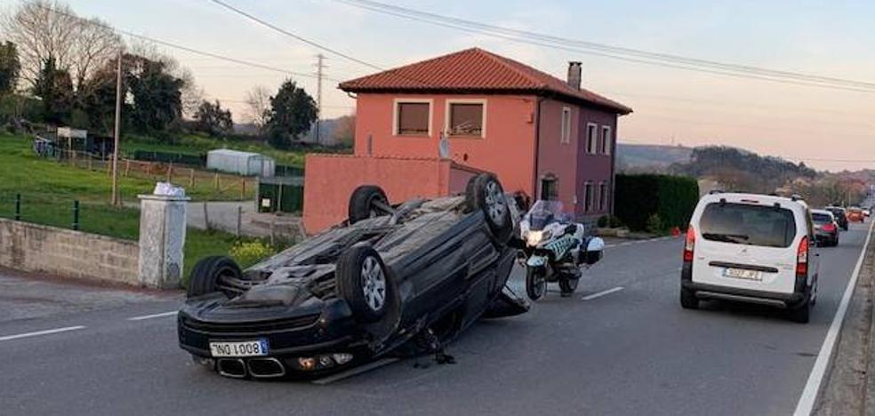 Herido tras volcar con su coche en Llanes