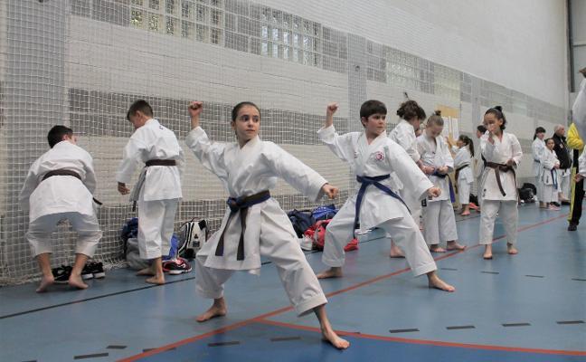 Más de 200 karatecas se miden en Arriondas