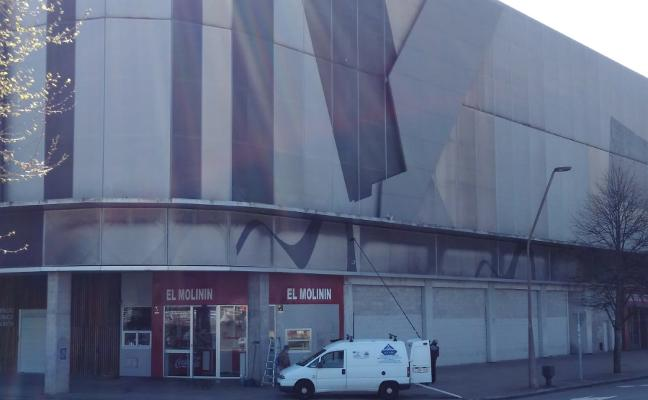 Una empresa prueba a limpiar la fachada de El Molinón