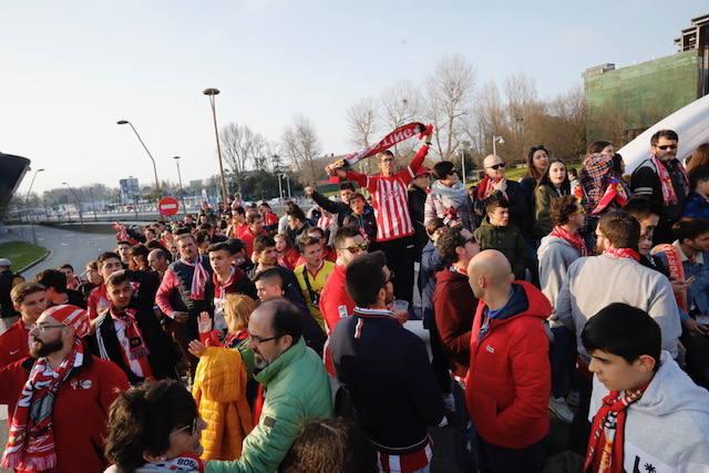Los aficionados del Sporting reciben a los hinchas del Oviedo antes del derbi