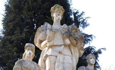 Las esculturas de Isabel la Católica amanecen con mascarillas antipolución