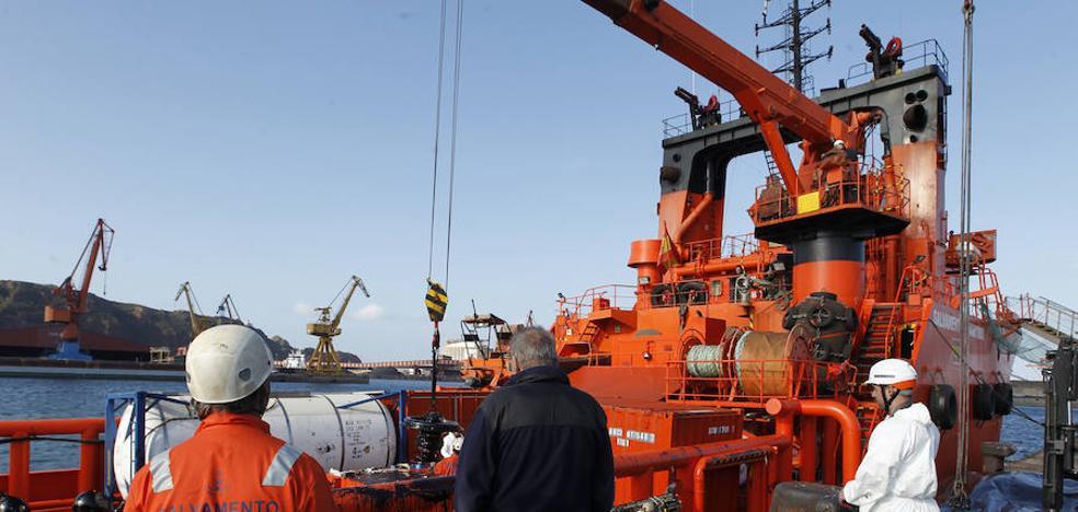 El viento acerca la mancha de fuel a menos de 90 millas de Asturias