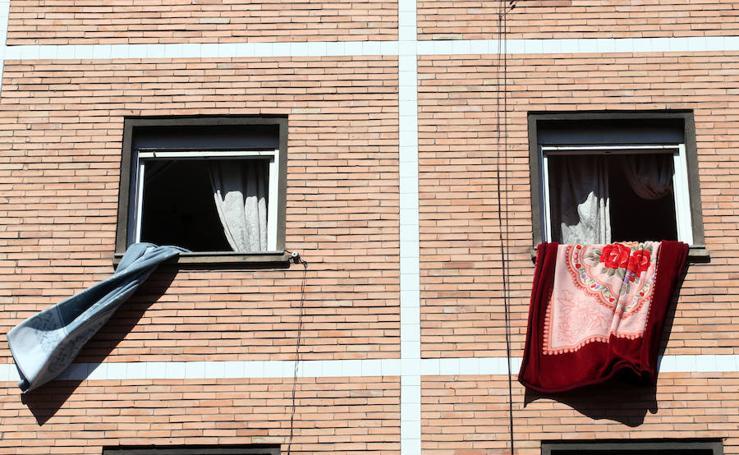 Una niña de dos años y medio cae desde un tercer piso en Oviedo