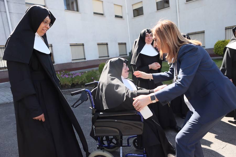 Ana Pastor visita la sede parroquial de Cáritas en Siero