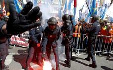 Un detenido en la protesta de los trabajadores de Alcoa frente al Congreso