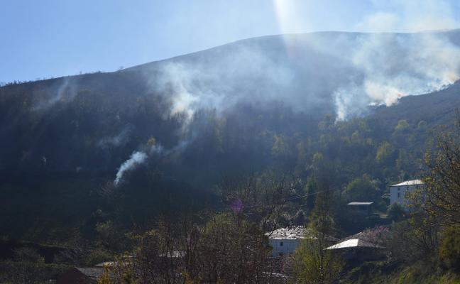 El fuego amenaza varias casas en Tineo y al parque de Fuentes desde León
