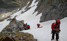 Una mujer, herida de gravedad tras caer de 150 metros en Pico Cerreos, en Lena