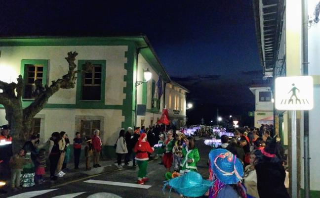Cabranes celebra un carnaval que cada vez registra «más éxito y más gente en la calle»