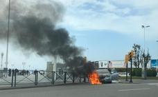 Susto al arder un coche en el puente del Piles