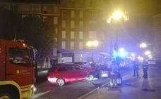 Dos heridos tras chocar su coche contra una farola en Oviedo