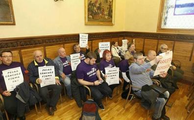 La federación vecinal se encierra en el salón de plenos para exigir la firma del plan de vías