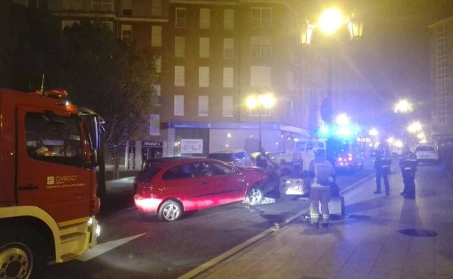Dos personas heridas y un conductor detenido al estrellarse contra una farola