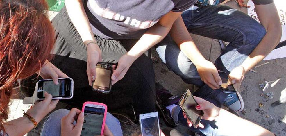 Ocho de cada diez jubilados se comunican a través de WhatsApp