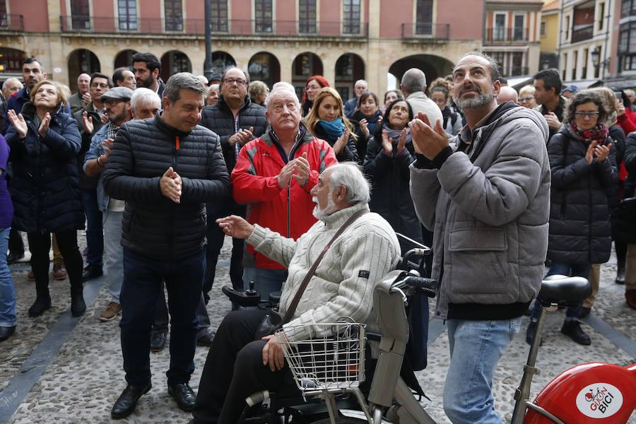 Concentración de apoyo a los encerrados por el plan de vías de Gijón