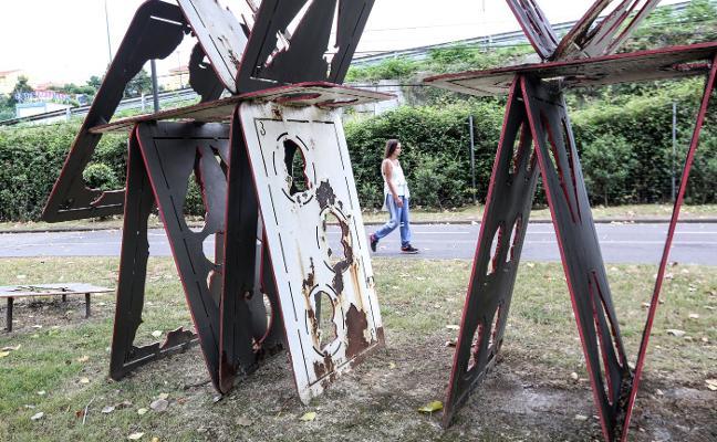 El Ayuntamiento contrata la restauración de las esculturas de la 'Ruta del Acero' de la ría