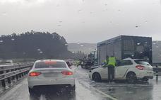 El granizo dispara los accidentes y causa retenciones en las principales carreteras