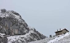 Los lagos de Covadonga, bajo la nieve de primavera