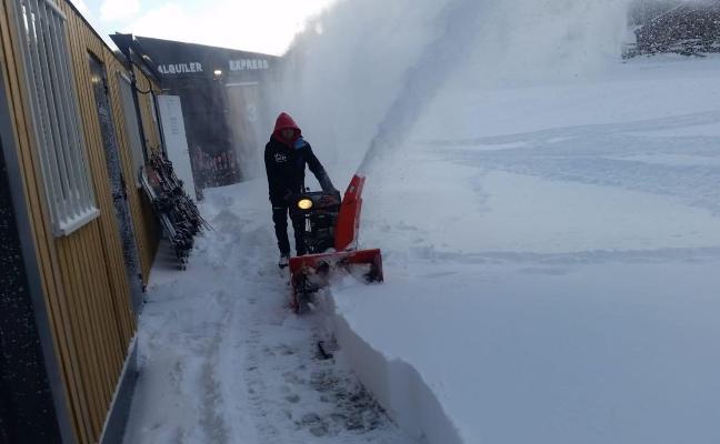 La nieve anima las reservas de esquí