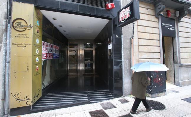 Dos mujeres heridas al caer un ascensor de un edificio de oficinas en Oviedo