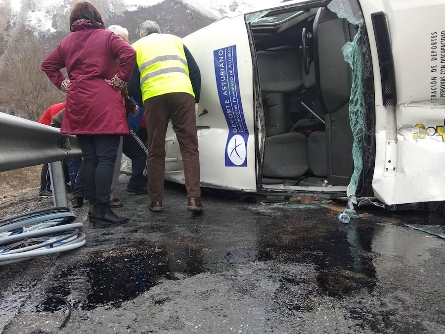 Nueve heridos al volcar una furgoneta de baloncesto adaptado en el Huerna