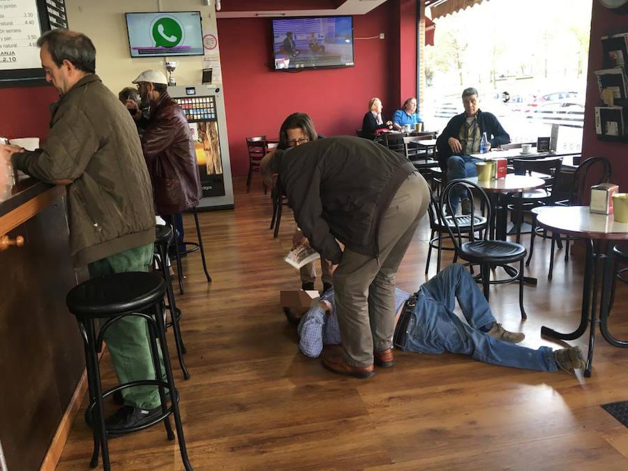 Ingresado un hombre tras caer fulminado en una cafetería del Natahoyo
