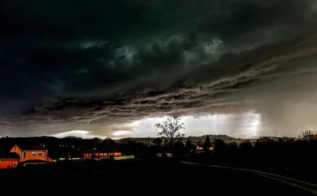 Las estampas que deja la tormenta caída en Asturias