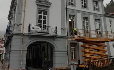 Los trabajos en la fachada del Ayuntamiento de Allande avanzan a buen ritmo