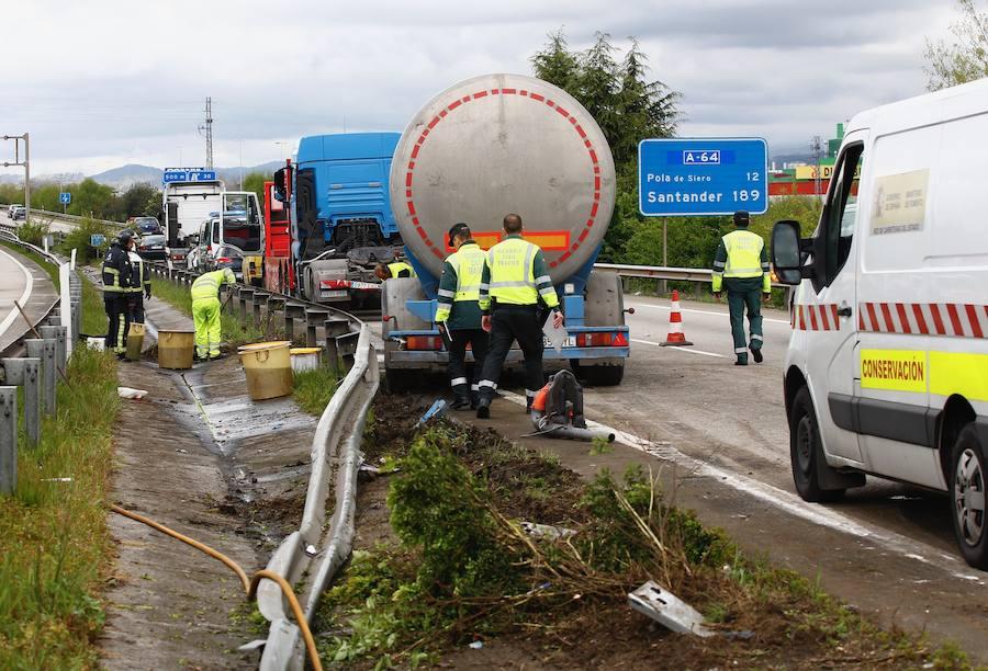 Una colisión entre un coche y un camión provoca retenciones en la A-64 en Siero