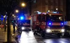 Los bomberos intervienen en un incendio en una vivienda en Gijón