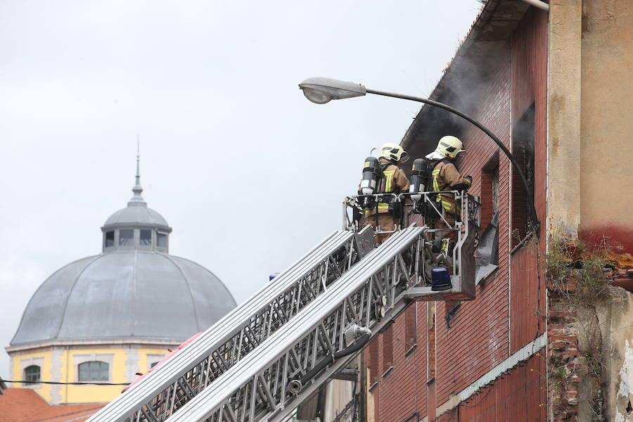Incendio en una nave abandonada en Oviedo