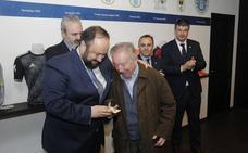 El Real Oviedo entrega sus insignias de oro y platino a sus abonados más longevos