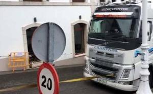 Remolcan un camión en Lastres que se he había quedado atascado en las calles de la villa