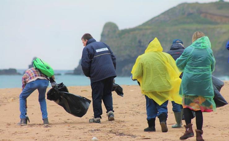 Jornada de limpieza en la playa La Espasa, en Caravia