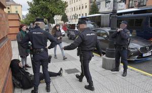 Los estudiantes de El Milán se manifiestan contra la actuación policial en el enfrentamiento tras el acto de Vox