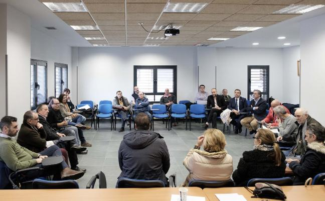 La plataforma exige a Javier Fernández que ponga fecha a la aprobación del plan de vías