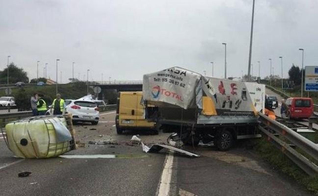 Un herido en un espectacular accidente en la autovía a la altura de ParqueAstur