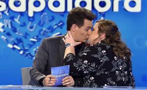 Iztiar Castro besa en directo a Christian Gálvez en 'Pasapalabra'
