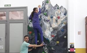 El gimnasio del colegio Padre Galo de Luarca estrena el rocódromo 'Urriellu'