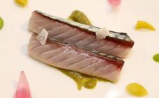 Xarda escabechada con puré de piparras y anchoa